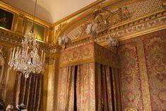 Slaapkamer van Lodewijk XIV in het kasteel van Versailles Versailles, France Travel, Valance Curtains, Vans, Home Decor, Ile De France, Decoration Home, Room Decor, Van