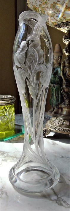 Val Saint-Lambert vase 'Jonghen' décor 'Iris'. Vase en cristal clair soufflé et gravé à la roue. Créé par Léon Ledru et répertorié 77 L. Création +/- 1897 et repris dans le catalogue de 1908, page 10 n° 92 - H 30 cm