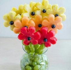 Un bouquet de fruits - A Gradient of Fruity Flowers L'art Du Fruit, Deco Fruit, Fruit Trays, Fruit Snacks, Fresh Fruit, Fruit Cups, Fruit Buffet, Fun Fruit, Fruit Appetizers