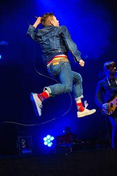 Damon Albarn: he's cute even while he jumps !
