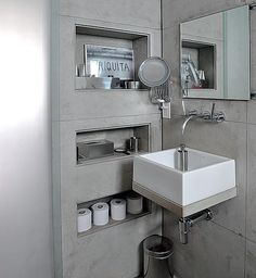 Os produtos de banheiro ficam nos nichos embutidos na parede. Projeto de Valéria Blay