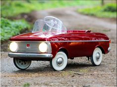 Pick up a reconditioned Moskvitch Soviet-era miniature pedal car for kids - Junior Hipster Vintage Trucks, Vintage Toys, Barrel Train, Miniature Cars, Retro Kids, Pedal Cars, Toy Trucks, Kids Corner, Transportation Design