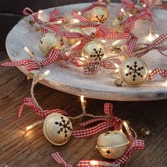 51 Ideas To Use Jingle Bells In Christmas Décor | DigsDigs