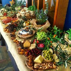 Here's a huge grazing table by @karakaraperth to feast your eyes on! (Cheese Platter Display)