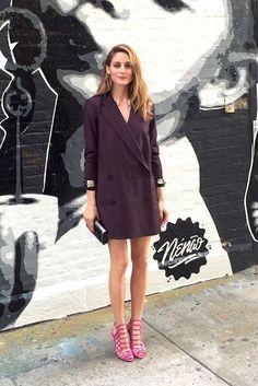 Olivia Palermo con blazer de Tibi, sandalias de tacón de Schutz, brazaletes vintage de Miriam Haskell y clutch de Hayward.