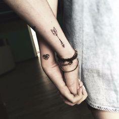 tatuaje pareja corazón y flecha estilizados