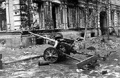 Russian soldiers captured trophy on the streets of Stalingrad German anti-tank gun.