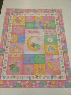 Colcha de bebe realizada con uno de nuestros paneles que encontraréis en www.jaragarimo.es Baby Quilts, Quilting, Blanket, Scrappy Quilts, Scraps Quilt, Bebe, Baby Afghans, Fat Quarters, Blankets