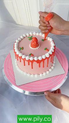 Cake Decorating Frosting, Cake Decorating Designs, Creative Cake Decorating, Birthday Cake Decorating, Cake Decorating For Beginners, Cake Decorating Videos, Cake Decorating Techniques, Candy Birthday Cakes, Creative Birthday Cakes