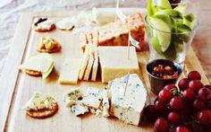 Tabla de quesos con uvas y manzanas. Cartelitos identificativos