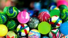 """Negli anni 80-90 le palline rimbalzanti erano una vera chicca da collezione. Ne esistevano di più forme, dimensioni e colori, tutte perfette per giocare con gli amici. Ed ecco un semplice tutorial """"amarcord"""" per farle in casa."""