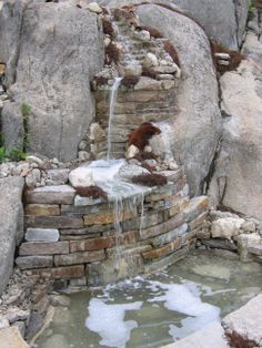 Magnifique débit pour cette cascade en deux étape. Une attention particulière est apportée aux murets qui apportent du contraste. Réalisation d'aménagement paysager par Maxhorti, au Québec. #Landscaping