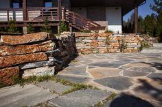 Дорожки и подпорная стенка из натурального камня