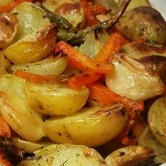 Assado de batatas, cebola, alho e ervas Veggie Recipes, Vegetarian Recipes, Cooking Recipes, Healthy Recipes, Portuguese Recipes, Light Recipes, Going Vegan, Food Inspiration, Food And Drink