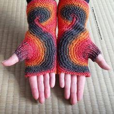 Disse vanter er strikket i et stykke og startes ved tommelfingeren. Det er en slags freeform-knitting, hvor der er rige chancer for kreativ udfoldelse og flotte farveskift. Læs mere ...