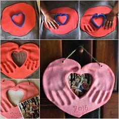 This Salt Dough Hands and Photo Heart Keepsake is Lovely Foto Herz mit Handabdrücken (Diy Photo) Baby Crafts, Toddler Crafts, Fun Crafts, Arts And Crafts, Mothers Day Crafts For Kids, Diy For Kids, Clay Crafts For Kids, Papa Tag, Valentine Crafts