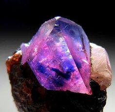 Gorgeous bi-colour Sapphire from Winza, Dodoma, Tanzania © photo credit: Marin minerals