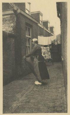 Jacob Pronkstraat, slopje op wasdag. ca 1928 #ZuidHolland #Scheveningen