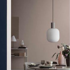 Staat deze hanglamp mooi in je eetkamer? Zoals we mogen verwachten van Broste Copenhagen is deze prachtige lamp gemaakt van trendy opaalglas, voor gezellige verlichting in de kamer.