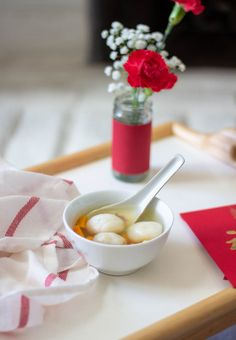 These chewy dumplings are filled with crunchy sesame seeds and sweet coconut! They're typically eaten during the Lunar New Year in Chinese households. Nut Recipes, Dessert Recipes, Tang Yuan Recipe, Yummy Treats, Yummy Food, Soup For The Soul, Dessert Blog, Winter Desserts, Black Sesame