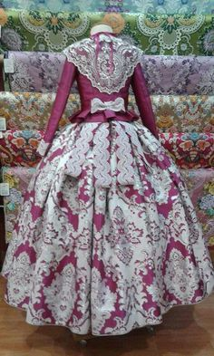 Espalda fallera                                                                                                                                                                                 Más 1700s Dresses, Old Dresses, Pretty Dresses, Vintage Dresses, Vintage Outfits, Vintage Fashion, 18th Century Clothing, 19th Century Fashion, Traditional Fashion