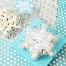 Winterse trouwbedankjes in de vorm van een sneeuwvlok. Te personaliseren met jullie namen!