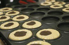 これから美味しい今川焼が焼けるところ。 具はあんこです。 Muffin, Cookies, Desserts, Food, Crack Crackers, Tailgate Desserts, Deserts, Biscuits, Essen