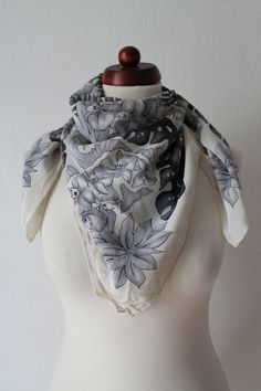 Vintage Silk Scarf  Floral 80's Scarf  von PaperdollVintageShop, €12,90