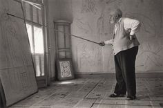 Henri Matisse drawing with a bamboo pole tipped with charcoal, Cimiez (Nice), August 1948. By Robert Capa.