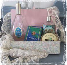 Stoffen doos met o. Eau de cologneflesjes Tosca Floridor etc. Boudoir, Grocery Store, Lady, Retro Vintage, Old Things, Tote Bag, Beauty, Eau De Cologne, Fragrance