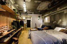 壁一面がペイント、釘打ちOKのカスタムウォールになった、 無骨な中にも木のぬくもりを感じさせるクリエイティブスペース。  コンパクトな1R空間なのに、大きめのベッドとソファもスッキリ配置でき、 壁収納は好き勝手にカスタムすれば自分仕様のワークデスクに。 Mobile Home Renovations, Vintage Apartment, Interior Decorating, Interior Design, Room Interior, House Design, Bedroom, Architecture, Wall