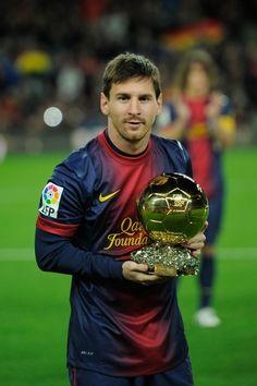 Messi oferint la seva quarta Pilota d'Or a  l'afició del Barça
