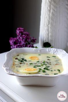Tradycyjna zupa szczawiowa. Pyszna i orzeźwiająca wiosenna zupa, która jest niskokaloryczna i szybka w przygotowaniu. Podana z jajkiem i młodymi ziemniakami