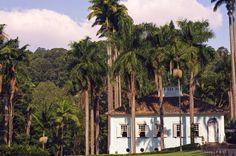 Fazenda Vila Rica - São Francisco, Itatiba - SP  Localizada na aprazível Itatiba, a apenas 70 Km de São Paulo, a sofisticada Pousada Fazenda Vila Rica proporciona aos seus exclusivos hóspedes a magia e o encanto das antigas fazendas do ciclo do café Paulista.   Visitar e hospedar-se na Pousada Fazenda Vila Rica, construída em 1860, é uma volta aos bons tempos onde se prezavam as magias do bem-receber.   A chegada à majestosa sede é feita através da alameda principal, atravessando um bosque