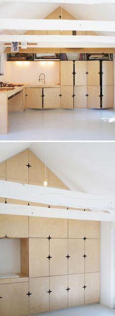 portes placard en bois clair au design original d'une pièce sous les combles