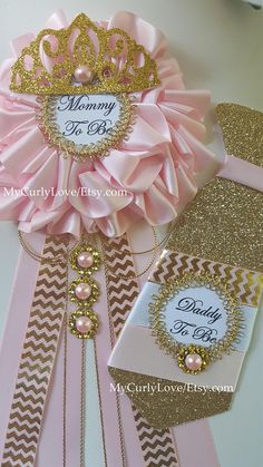 **This listing is for the Mommy & Daddy Tie Set** *Mommy to be Corsage 6 wide approx 11 long approx back pin ready to use *Tie Daddy To Be Pin Glittered Cardstock Ribbon and Trim Embellishments 6 long 2 wide back pin included ready to use Distintivos Baby Shower, Shower Bebe, Baby Shower Princess, Baby Princess, Baby Shower Gender Reveal, Baby Shower Favors, Shower Party, Baby Shower Themes, Baby Boy Shower