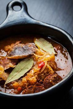 Kapustnica je ďalšia z tradičných slovenských polievok, ktoré jedávame ako na Vianoce a Nový rok tak aj bežne počas roka. Nie je sa čo diviť, lebo kapustnica je veľmi zdravá, sýta a zároveň plná vitamínu C čiže pomáha ako imunite tak aj k spokojnému žalúdku. Potrebné suroviny: 1000g kyslej kapusty Thai Red Curry, Chili, Soup, Cooking Recipes, Favorite Recipes, Beef, Ethnic Recipes, Russian Recipes, Polish