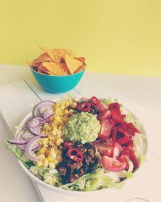 Deze taco salade is een variatie op de taco salade uit mijn boek Kickstart. Dit kleurrijke recept is extra eiwitrijk: de salade bevat namelijk ruim 25 gram eiwit per portie! Bovendien bevat de sala…