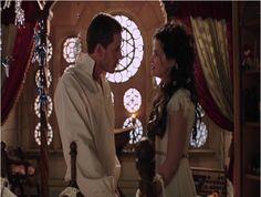 Par la suite, Blanche-Neige, enceinte, médite sur la future vengeance de la Reine Regina. Le Prince assure qu'il ne s'agit que de paroles mais Blanche-Neige rappelle qu'elle a tenté de l'empoisonner. Elle demande alors à parler à un prisonnier, capable de prédire l'avenir. Le Prince hésite fortement mais Blanche-Neige insiste, indiquant qu'il s'agit de la sécurité de leur enfant.