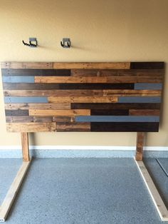 DIY How to make your own wooden headboard wooden headboard! So easy! wonderful DIY pallet headboard wonderful DIY pallet headboard ideas To make DIYHerringbone Pallet Headboard - My Happy Simple LifePallet headboard diy. Diy Pallet Sofa, Diy Pallet Projects, Headboard Pallet, Pallet Ideas, Headboard Ideas, Pallet Furniture, Rustic Wood Headboard, Pallet Benches, Pallet Tables