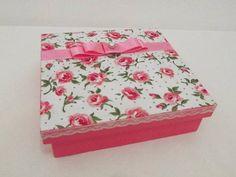 Caixa forrada com tecido.Várias estampas a escolha. Acompanha: 1 toalha para lavabo decorada com o mesmo tecido da caixa 1 aromatizador de varetas 60 ml.