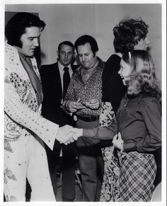 March 1974 before the concert at Garrett Coliseum with Gov George Wallace, his family.also, Vernon Presley and some of the Memphis Mafia. Priscilla Presley Wedding, Lisa Marie Presley, Elvis Presley Family, Elvis Presley Photos, Johnny B Goode, Elvis 68 Comeback Special, Elvis In Concert, John Lennon Beatles, Family Photo Album