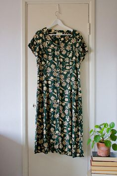 Hey, I found this really awesome Etsy listing at https://www.etsy.com/listing/553354763/vintage-green-floral-midi-maxi-dress