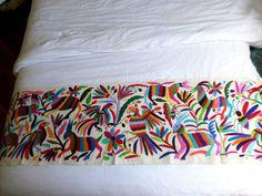 Camino de cama o mesa Otomi Multicolor. Bordado a por ArteOtomi