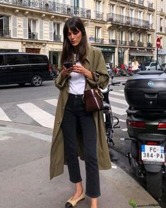 22 outfit ideas with your trench coat! - All the advice and ideas of outfits with a trench coat and how to wear it in style! Fashion 2020, Look Fashion, Autumn Fashion, Fall Fashion Street Style, 90s Fashion, Paris Street Style Summer, Girl Fashion, Fashion Coat, Paper Fashion