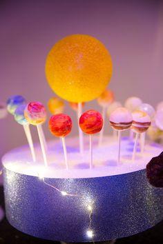 Docinhos em formato de planetas para festa com tema espacial. Foto: Emerlin Photography