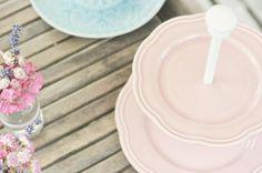 Tutoriale DIY: Cómo hacer un soporte para tartas con platos vía DaWanda.com