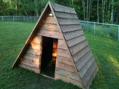 Mały Domek, chatka drewniana ze spadzistym dachem. #larslaj #oudoor #camping #kemping #playground #placzabaw #dzieci #kids Larp, Teak, Cabin, House Styles, Plants, Home Decor, Decoration Home, Room Decor, Cabins