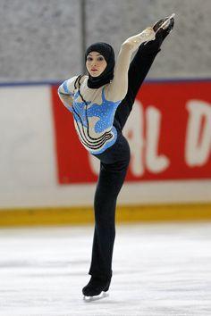 Zahra Lari, erste international antretende Eiskunstläuferin der Vereinigten Arabischen Emirate