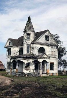 Abandoned Mansion For Sale, Old Abandoned Houses, Abandoned Mansions, Abandoned Buildings, Abandoned Places, Abandoned Ohio, Abandoned Castles, Creepy Old Houses, Haunted Houses